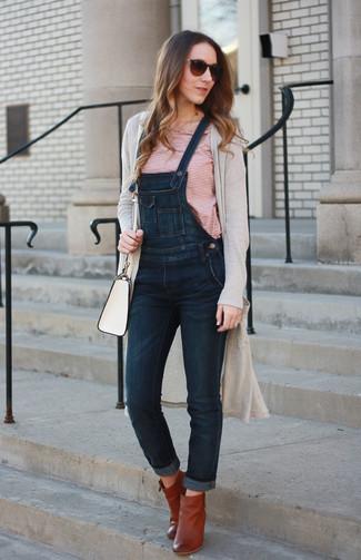 Wie kombinieren: hellbeige lange Strickjacke, weißes und rotes horizontal gestreiftes T-Shirt mit einem Rundhalsausschnitt, dunkelblaue Jeans Latzhose, rotbraune Leder Stiefeletten
