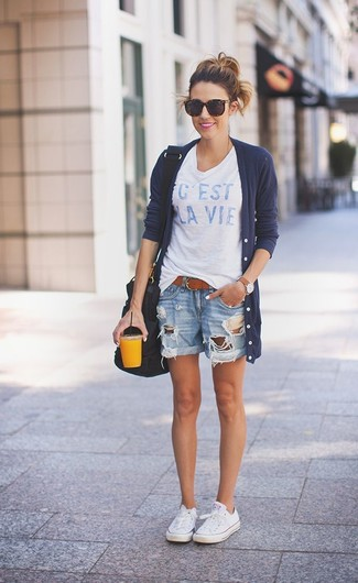 Wie kombinieren: dunkelblauer lange Strickjacke, weißes und blaues bedrucktes T-Shirt mit einem Rundhalsausschnitt, hellblaue Jeansshorts mit Destroyed-Effekten, weiße Segeltuch niedrige Sneakers