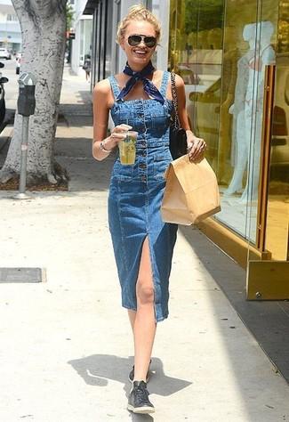 Schwarze kniehohe Stiefel aus Leder kombinieren – 35 Casual Damen Outfits: Für ein bequemes Trend-Outfit, wahlen Sie eine blaue Jeans Latzhose. Putzen Sie Ihr Outfit mit schwarzen kniehohe Stiefeln aus Leder.