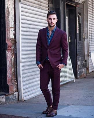 Wie kombinieren: lila Anzug, blaues Langarmhemd, dunkelrote Leder Derby Schuhe