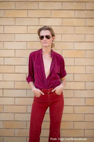 lila Bluse mit Knöpfen, rote Jeans, braune Sonnenbrille für Damen