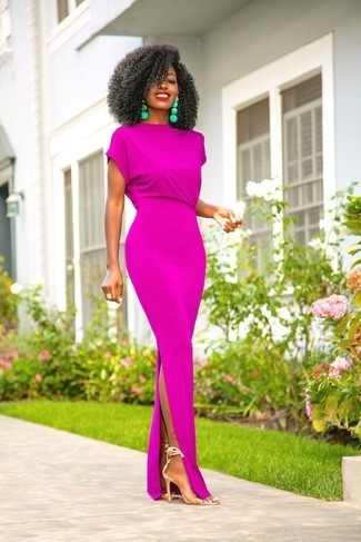 Transparente Gummi Sandaletten kombinieren – 18 Damen Outfits: Erwägen Sie das Tragen von einem lila Maxikleid, um einen super entspannten aber stylischen Look zu kreieren. Transparente Gummi Sandaletten sind eine kluge Wahl, um dieses Outfit zu vervollständigen.
