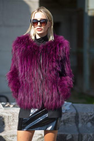 Lila Pelzjacke kombinieren – 7 Damen Outfits: Möchten Sie ein schickes, lässiges Outfit zaubern, ist die Kombi aus einer lila Pelzjacke und einem schwarzen Leder Minirock ganz besonders gut.