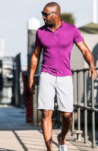 Idris Elba trägt Lila Polohemd, Graue Shorts, Graue Slip-On Sneakers