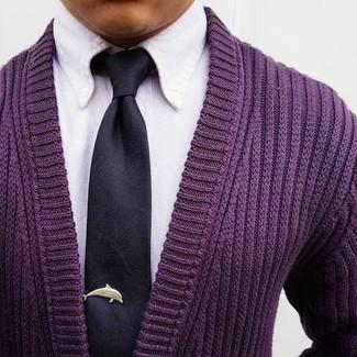 Wie kombinieren: lila Strickjacke, weißes Businesshemd, schwarze Seidekrawatte