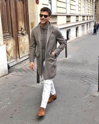 Herren Outfits 2020: Die Paarung aus einem grauen Mantel und einer weißen Chinohose ist eine ideale Wahl für einen Tag im Büro. Suchen Sie nach leichtem Schuhwerk? Wählen Sie braunen Chukka-Stiefel aus Wildleder für den Tag.