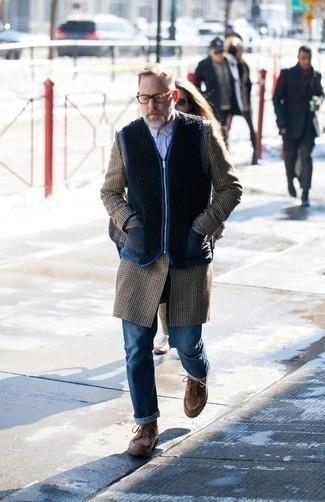Hellblaues vertikal gestreiftes Langarmhemd kombinieren – 17 Herren Outfits kühl Wetter: Paaren Sie ein hellblaues vertikal gestreiftes Langarmhemd mit blauen Jeans für ein sonntägliches Mittagessen mit Freunden. Ergänzen Sie Ihr Outfit mit einer braunen Lederfreizeitstiefeln, um Ihr Modebewusstsein zu zeigen.