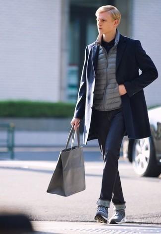 Graue gesteppte ärmellose Jacke kombinieren – 28 Herren Outfits: Kombinieren Sie eine graue gesteppte ärmellose Jacke mit dunkelblauen Jeans für ein sonntägliches Mittagessen mit Freunden. Fühlen Sie sich mutig? Komplettieren Sie Ihr Outfit mit blauen Sportschuhen.