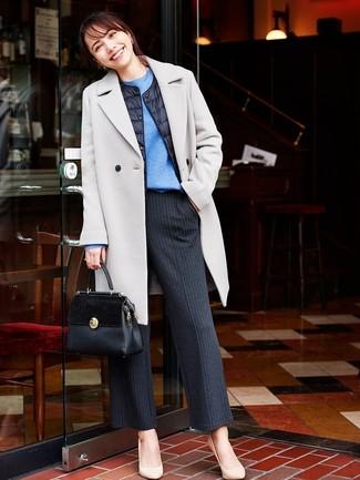 Wie kombinieren: grauer Mantel, schwarze gesteppte ärmellose Jacke, blauer Pullover mit einem Rundhalsausschnitt, schwarze vertikal gestreifte weite Hose