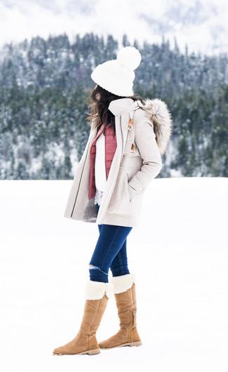 Wie kombinieren: hellbeige Mantel, rosa gesteppte ärmellose Jacke, weißer Spitze Pullover mit einem Rundhalsausschnitt, dunkelblaue enge Jeans mit Destroyed-Effekten