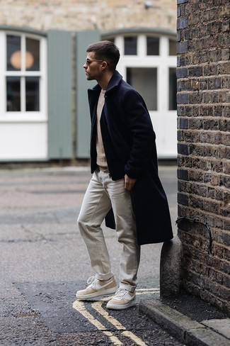 Schwarze ärmellose Jacke kombinieren – 166 Herren Outfits: Kombinieren Sie eine schwarze ärmellose Jacke mit weißen Jeans, um einen lockeren, aber dennoch stylischen Look zu erhalten. Hellbeige Leder niedrige Sneakers sind eine großartige Wahl, um dieses Outfit zu vervollständigen.