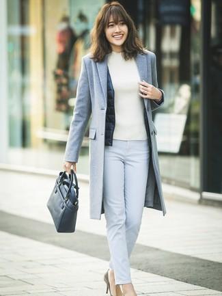Wie kombinieren: grauer Mantel, dunkelblaue ärmellose Jacke, weißer Rollkragenpullover, hellblaue enge Hose