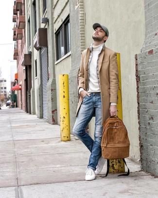 Wie kombinieren: camel Mantel, graue ärmellose Jacke, weißer Rollkragenpullover, blaue Jeans mit Destroyed-Effekten