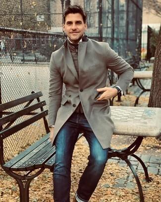 Herren Outfits 2020: Kombinieren Sie einen grauen Mantel mit dunkelblauen Jeans für einen für die Arbeit geeigneten Look.
