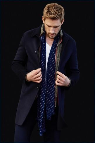 Wie kombinieren: dunkelblauer Mantel, olivgrüne ärmellose Jacke, weißes T-Shirt mit einem Rundhalsausschnitt, dunkelblaue Chinohose