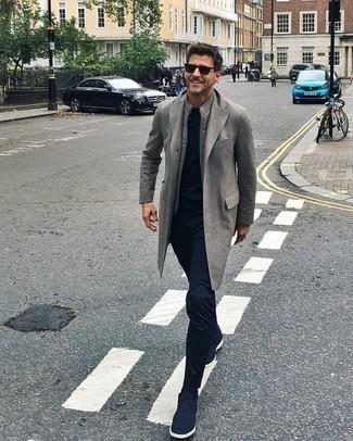 Herren Outfits 2020: Vereinigen Sie einen grauen Mantel mit einer dunkelblauen Chinohose für Ihren Bürojob. Warum kombinieren Sie Ihr Outfit für einen legereren Auftritt nicht mal mit dunkelblauen Chukka-Stiefeln aus Segeltuch?