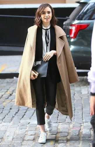 Wie kombinieren: beige Mantel, schwarzer ärmelloser Blazer, weiße und schwarze Langarmbluse, schwarze enge Hose aus Leder