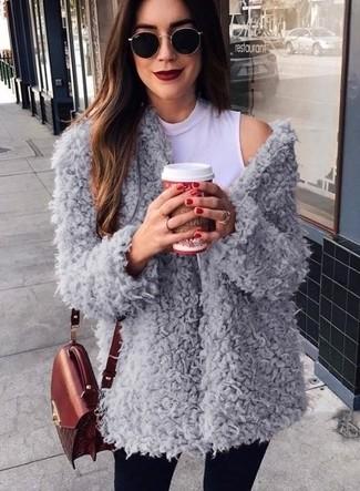 Wie kombinieren: grauer Fleece-Mantel, weißer ärmelloser Rollkragenpullover, schwarze enge Jeans, dunkelrote Leder Umhängetasche