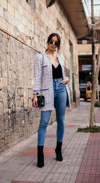 Wie kombinieren: hellblauer Tweed Mantel, schwarzes ärmelloses Oberteil aus Samt, blaue enge Jeans, schwarze Wildleder Stiefeletten