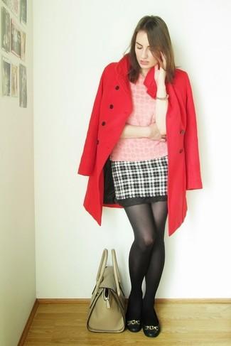 Olivgrüne Satchel-Tasche aus Leder kombinieren: Tragen Sie einen roten Mantel und eine olivgrüne Satchel-Tasche aus Leder, um ein auffälliges, legeres Outfit zu erzeugen. Schwarze Leder Ballerinas sind eine perfekte Wahl, um dieses Outfit zu vervollständigen.