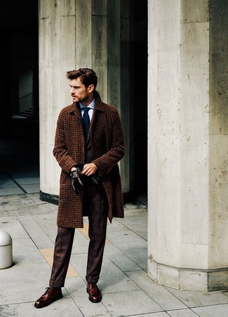 Wie kombinieren: brauner Mantel mit Karomuster, dunkelbrauner Anzug, hellblaues Businesshemd, dunkelbraune Leder Derby Schuhe