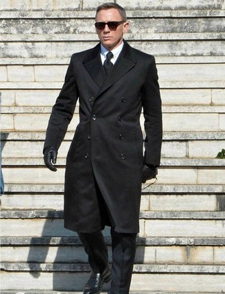 Daniel Craig trägt schwarzer Mantel, schwarzer Anzug, weißes Businesshemd, schwarze Monks aus Leder