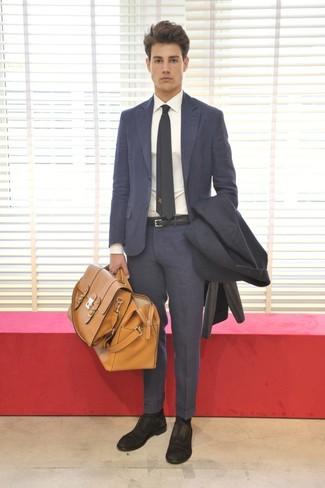 Wie kombinieren: dunkelgrauer Mantel, dunkelgrauer Anzug, weißes Businesshemd, schwarze Wildleder Oxford Schuhe