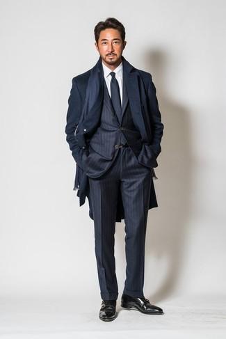 Wie kombinieren: dunkelblauer Mantel, dunkelblauer vertikal gestreifter Anzug, weißes Businesshemd, schwarze Doppelmonks aus Leder