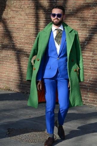 Wie kombinieren: grüner Mantel, blauer Anzug, weißes Businesshemd, dunkelbraune Wildleder Slipper