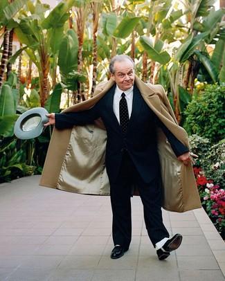 Wie kombinieren: camel Mantel, schwarzer vertikal gestreifter Anzug, weißes Businesshemd, schwarze Leder Oxford Schuhe