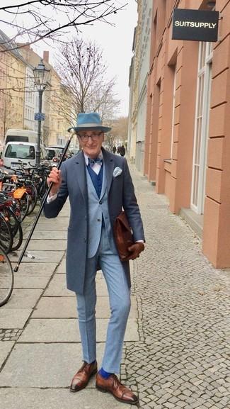Wie kombinieren: dunkelgrauer Mantel, grauer Anzug, weißes Businesshemd, braune Leder Derby Schuhe
