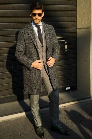 Wie kombinieren: grauer Mantel mit Schottenmuster, grauer Wollanzug, hellblaues Businesshemd, dunkelgrüne Doppelmonks aus Leder