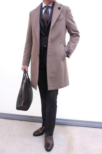 Wie kombinieren: beiger Mantel, schwarzer Anzug, hellviolettes vertikal gestreiftes Businesshemd, dunkelbraune Leder Oxford Schuhe