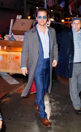 Wie kombinieren: grauer Mantel mit Fischgrätenmuster, blauer Anzug, hellblaues vertikal gestreiftes Businesshemd, braune Leder Derby Schuhe