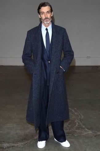 Wie kombinieren: dunkelblauer Mantel mit Fischgrätenmuster, dunkelblauer Anzug, weißes Businesshemd, weiße niedrige Sneakers