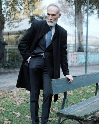 Wie kombinieren: schwarzer Mantel, schwarzer Anzug, weißes Businesshemd, blaue bedruckte Krawatte