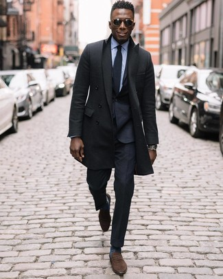 Wie kombinieren: schwarzer Mantel, schwarzer Anzug, hellblaues Businesshemd, braune Wildleder Slipper
