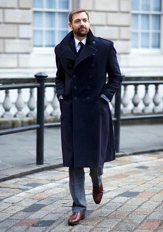 Wie kombinieren: dunkelblauer Mantel, grauer Anzug mit Karomuster, weißes Businesshemd, dunkelrote Leder Oxford Schuhe