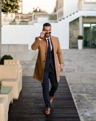 Wie kombinieren: camel Mantel, dunkelblauer Anzug mit Karomuster, weißes Businesshemd, braune Leder Oxford Schuhe
