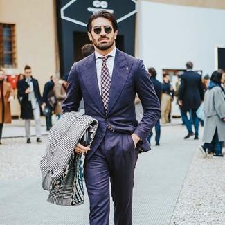 Wie kombinieren: weißer und schwarzer Mantel mit Hahnentritt-Muster, dunkelblauer Anzug, weißes Businesshemd, lila gepunktete Krawatte
