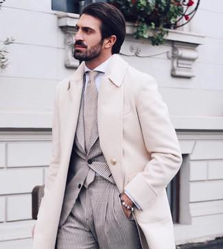 Wie kombinieren: beiger Mantel, hellbeige Anzug mit Vichy-Muster, weißes Businesshemd, hellbeige Krawatte