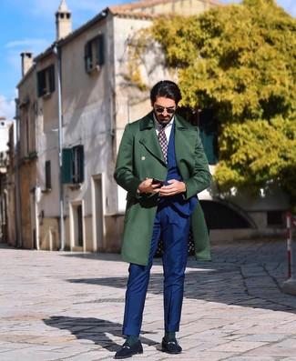 Wie kombinieren: dunkelgrüner Mantel, blauer Anzug, weißes Businesshemd, dunkelblaue Wildleder Slipper
