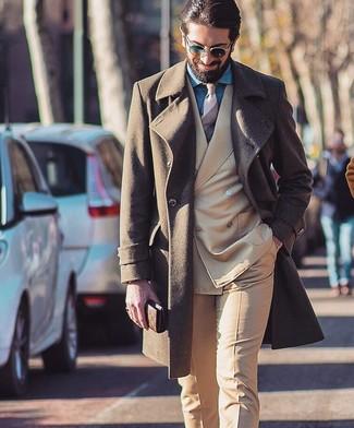 Wie kombinieren: brauner Mantel, beige Anzug, blaues Chambray Businesshemd, hellbeige horizontal gestreifte Krawatte