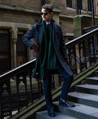 Wie kombinieren: dunkelblauer Mantel, dunkelblauer vertikal gestreifter Anzug, weißes Businesshemd, dunkelblaue Leder Brogues