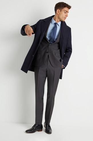 Wie kombinieren: dunkelblauer Mantel, dunkelgrauer Anzug, hellblaues Businesshemd, schwarze Leder Derby Schuhe