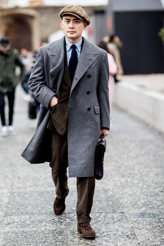 Dunkelbraunen Anzug kombinieren: trends 2020: Entscheiden Sie sich für einen dunkelbraunen Anzug und einen grauen Mantel für einen stilvollen, eleganten Look. Braune Wildleder Derby Schuhe liefern einen wunderschönen Kontrast zu dem Rest des Looks.