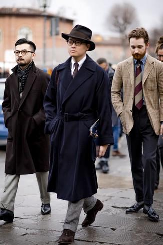 Dunkelbraune Wildleder Oxford Schuhe kombinieren: Kombinieren Sie einen dunkelblauen Mantel mit einem grauen Wollanzug für eine klassischen und verfeinerte Silhouette. Dunkelbraune Wildleder Oxford Schuhe sind eine gute Wahl, um dieses Outfit zu vervollständigen.
