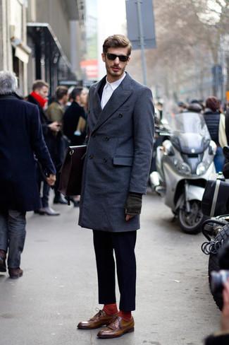 Dunkelblauen Anzug kombinieren: Vereinigen Sie einen dunkelblauen Anzug mit einem dunkelblauen Mantel für eine klassischen und verfeinerte Silhouette. Fühlen Sie sich mutig? Entscheiden Sie sich für braunen Leder Brogues.