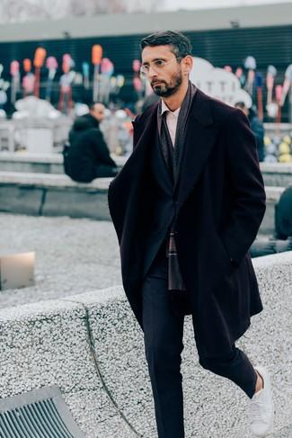 30 Jährige: Weiße Leder niedrige Sneakers kombinieren: elegante Outfits: trends 2020: Paaren Sie einen dunkelroten Mantel mit einem dunkelblauen Anzug, um vor Klasse und Perfektion zu strotzen. Fühlen Sie sich mutig? Wählen Sie weißen Leder niedrige Sneakers.