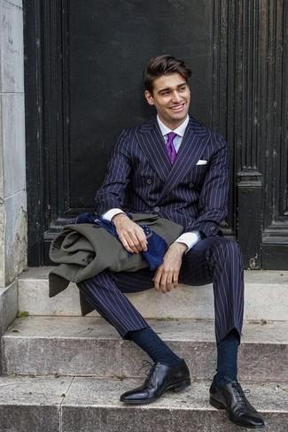 Violette Seidekrawatte kombinieren – 13 Herren Outfits: Tragen Sie einen dunkelgrünen Mantel und eine violette Seidekrawatte für eine klassischen und verfeinerte Silhouette. Vervollständigen Sie Ihr Look mit schwarzen Leder Oxford Schuhen.